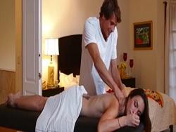 Gran mamada a masajista de madura alocada y guarra - Maduras