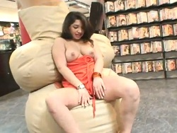 Latina de culo gordo follada en la tienda de películas - Mamadas