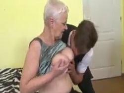 ¡Mi abuela ninfómana me pide que le toque las tetas! - Maduras