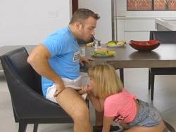 ¡La niñera Dillion Harper me la come debajo de la mesa! - Videos XXX