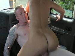 Menudo culo gordo tiene la conductora del taxi - Folladas