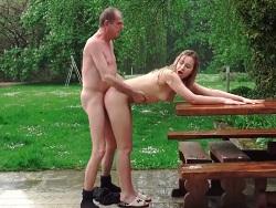 El abuelo pone a cuatro patas a su propia nieta - Videos XXX