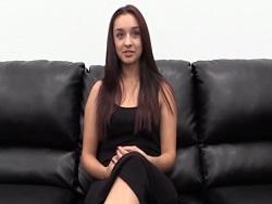 Esta morena tan guapa espera una polla en el casting - Videos XXX