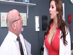 La doctora tetona que se zumba a los pacientes - Amateur