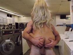 Follada de imprevisto dentro de la lavandería - Videos XXX
