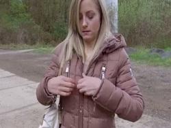 La lleva al bosque para follársela allí mismo - Videos XXX