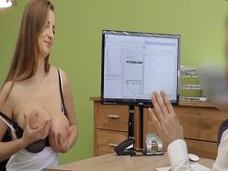 Otra que enseña las tetas por tener un trabajo - Videos XXX