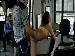 Follándome a una puta delante de todos en el autobús - Videos XXX