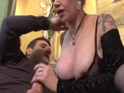 Viuda tetona se deja follar y encular por un taxista - Porno Mix