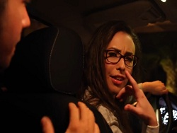 La chica taxista que se folla a sus pasajeros - Folladas