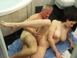 Le da una sorpresa al abuelo para follárselo en el baño - Webcam Porno
