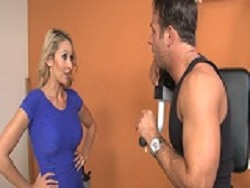A la madura le pone el coño caliente el del gimnasio - Maduras