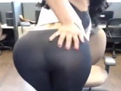 La latina de los leggins hace un striptease en la cam - Webcam Porno